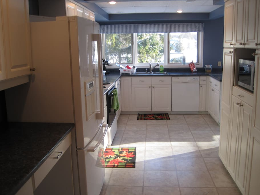 Spacious Bright Kitchen, with Fridge/Stove/Microwave/Dishwasher/Toaster Oven
