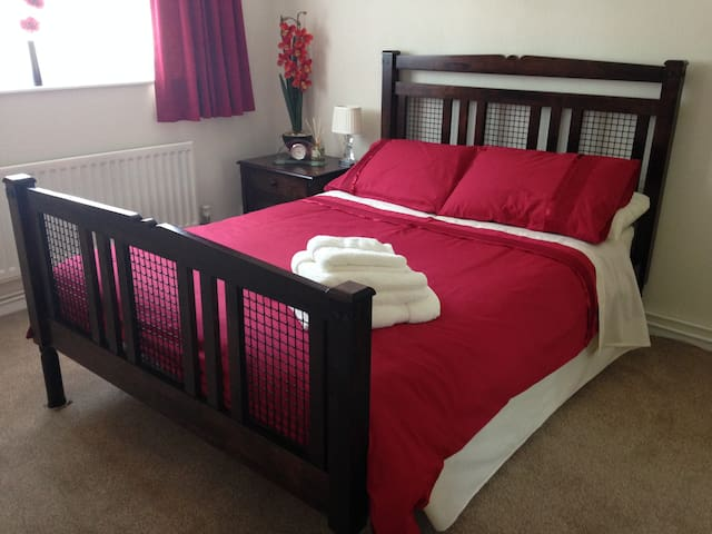 Lovely double bedroom in village location