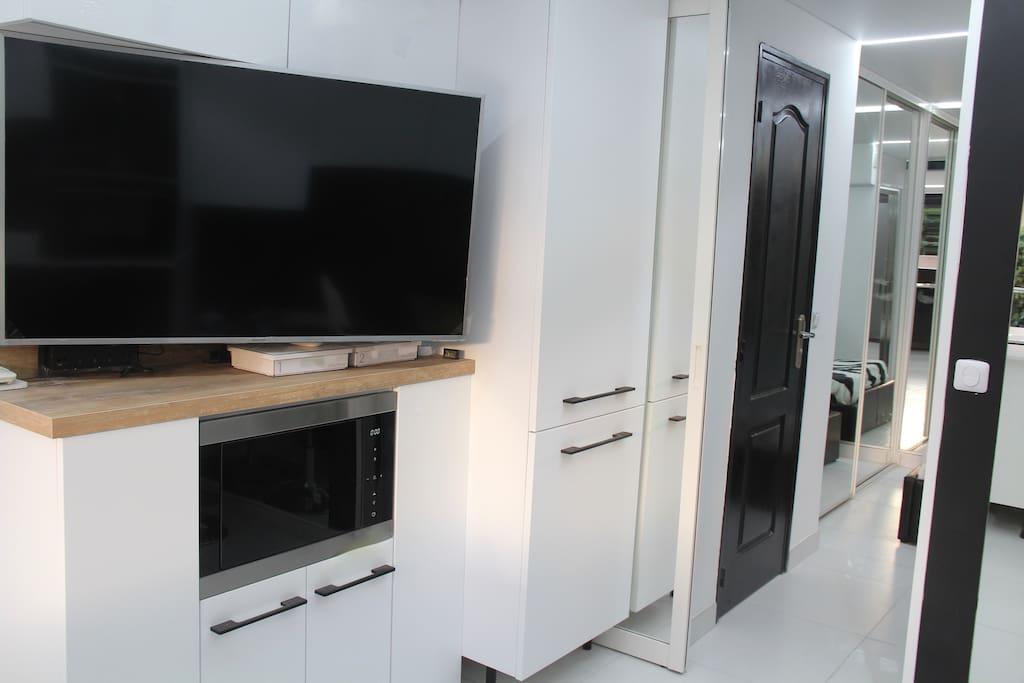 TV Led écran plat, wifi, frigo intégré avec fabrique de glaçons