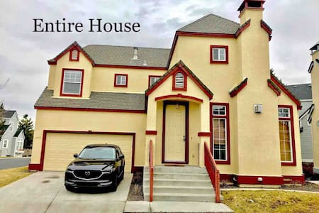 Clean,Spacious,10 minutes to airport &Downtown