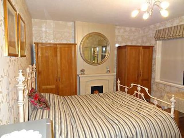 Spacious with en suite and king bed in Camberley - Camberley