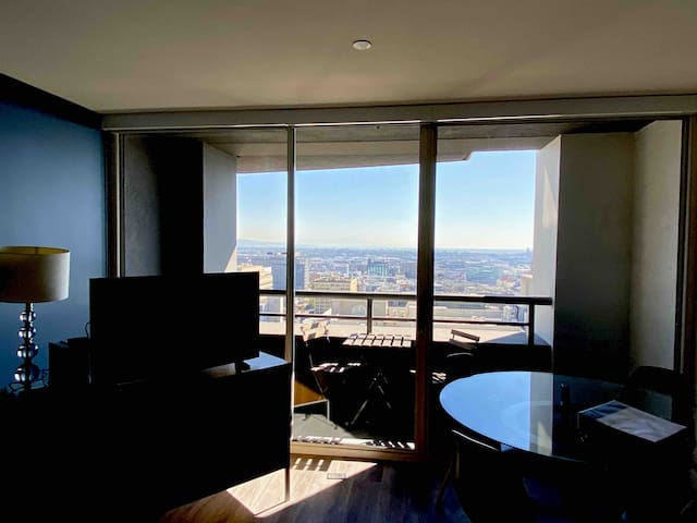 Modern one bedroom apartment music center Dtla