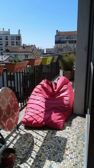 De quoi vous relaxer au soleil! Vue sur Vincennes à votre droite.