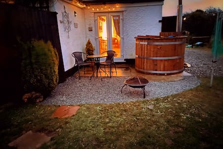 ♥ Romantic Cuddfan with PRIVATE HOT TUB Anglesey ♥