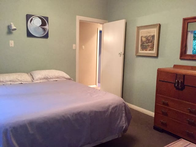 Private room and bathroom in Plimmerton