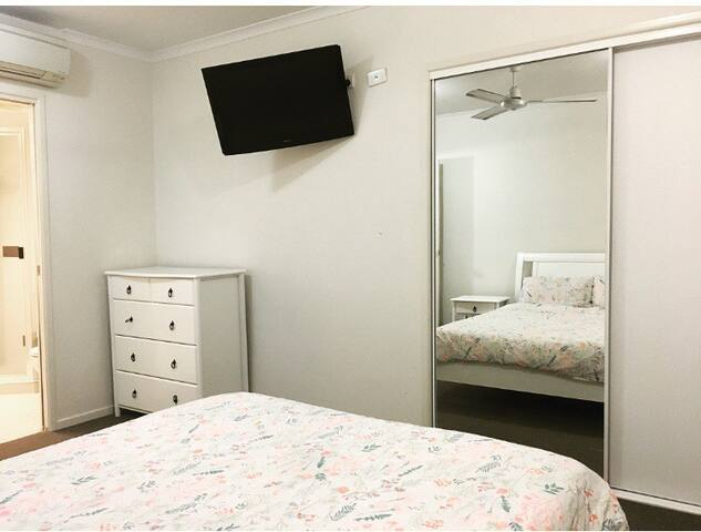 Clean Ensuit room, big pool, near mall in Cairns