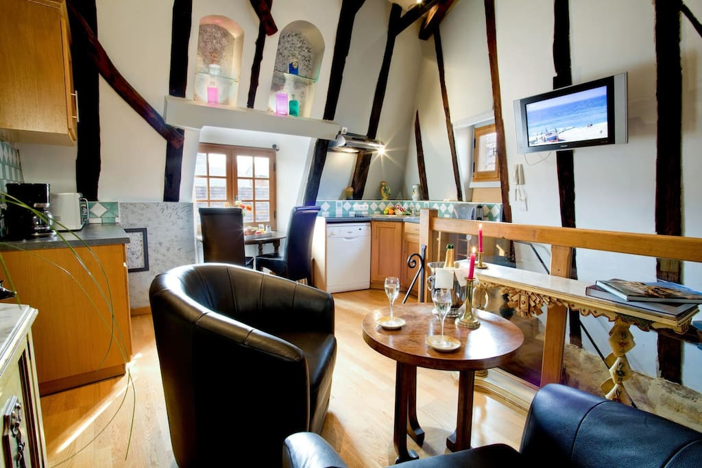 L'espace repas-salon avec cuisine ouverte