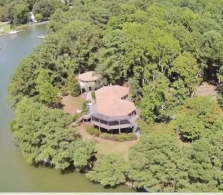 Treehouse On Lake