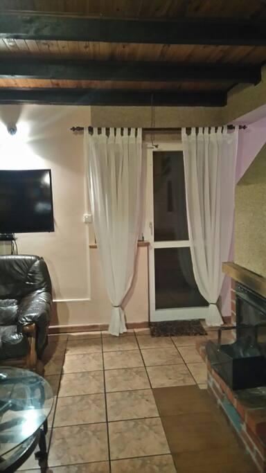 Wohnzimmer mit Kamin u. Terassentür