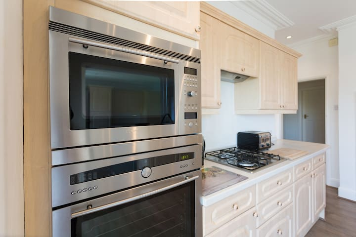 Intergrated microwave, oven and hob
