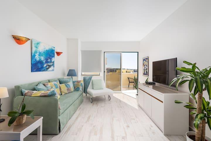 A espaçosa sala de estar tem acesso direto ao terraço. Nele há um sofá-cama confortável para descansar quando você viaja com sua família.