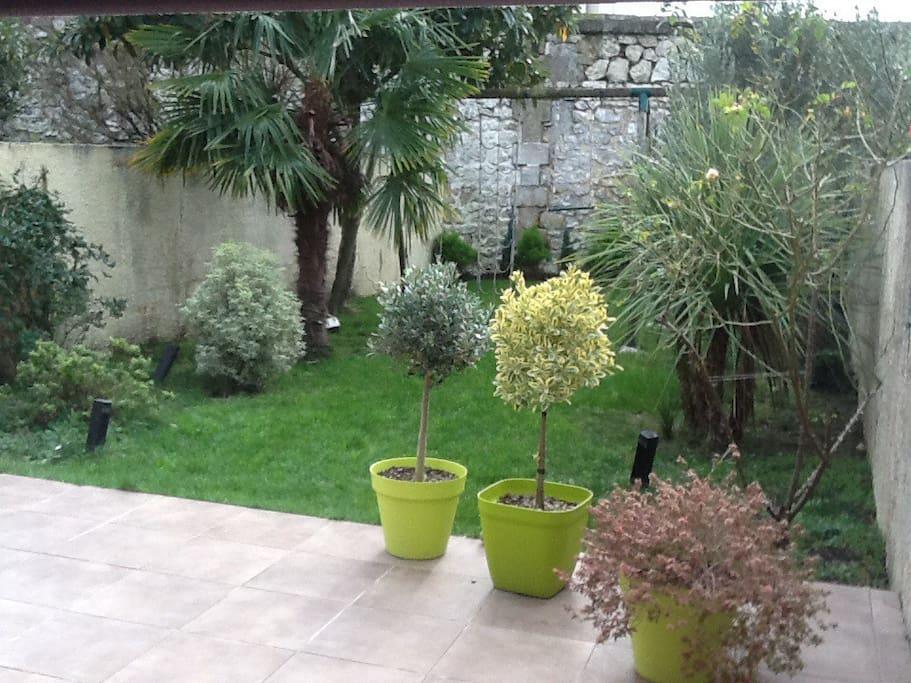 Le jardin avec la balançoire. Pas de vis à vis !