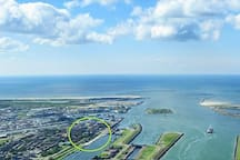 Drone View of IJmuiden North Sea coast: Beach 'North' (R), FortIsland (mid), Small Beach, Marina & Beach 'Southpier' (L). Our Cottage, located at the Southern Lock, has a nice View over the Lockcomplex. And - as you can see - it's nearby all Beaches