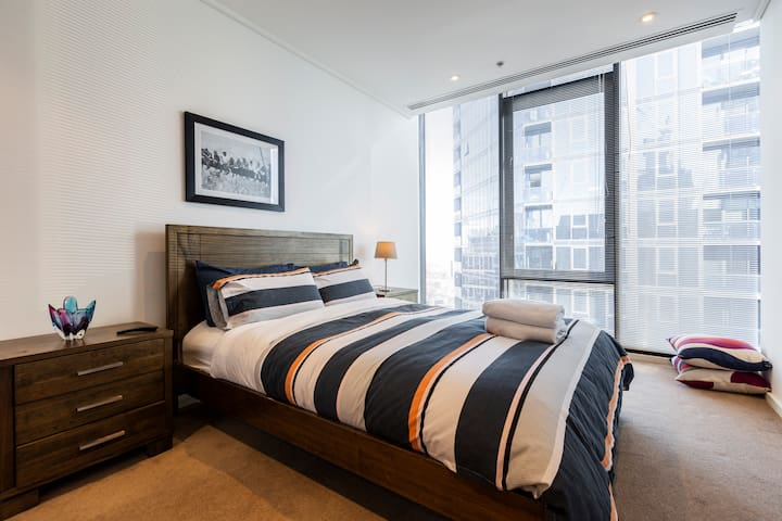 LARGE MASTER BEDROOM     SOUTHBANK PENTHOUSE