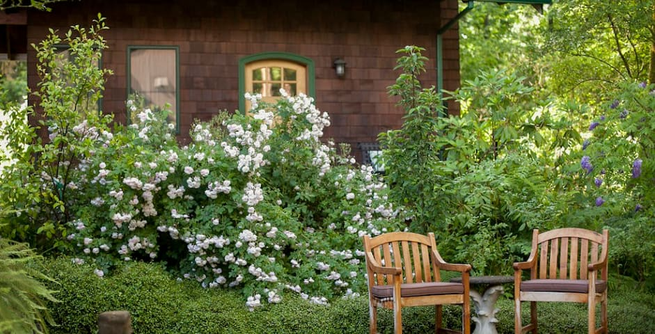 Mossy Cobbles:romantic cottage in a wooded setting