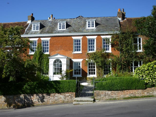 Central Winchester B&B 3 Bedrooms & parking