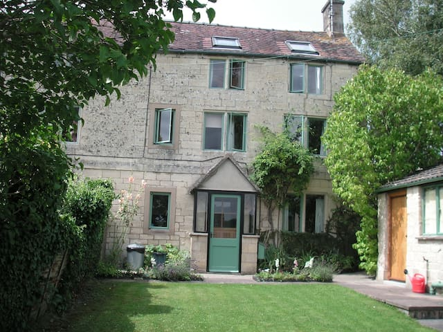 Charming Cotswold cottage in quiet hamlet