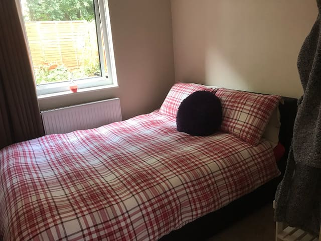 Cosy & quiet room, close to town and Silverstone.