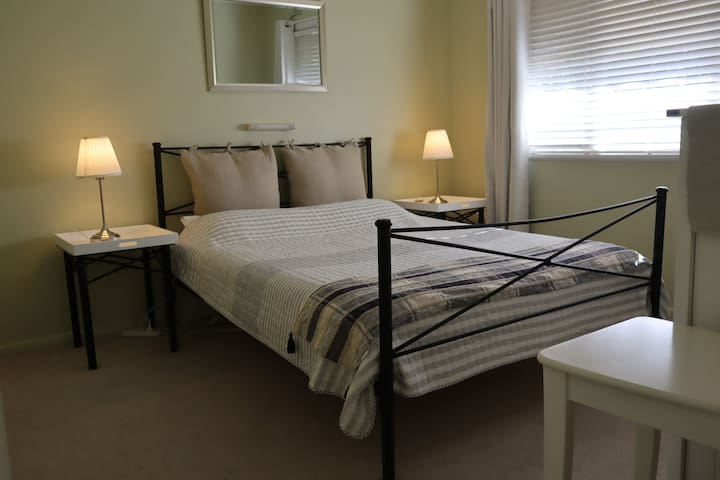 Allergy friendly Albury CBD, Clean Cosy S/C Unit.