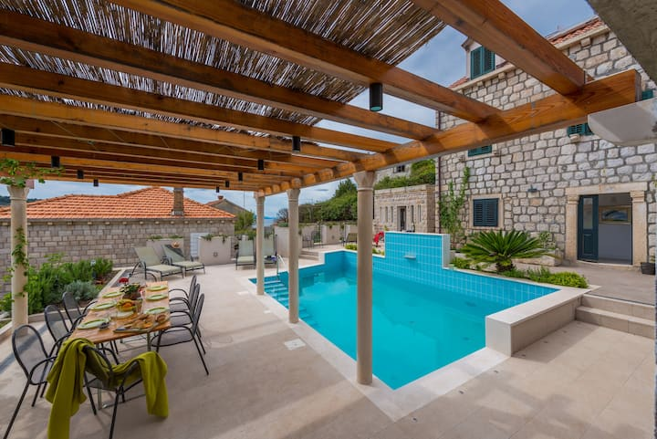 Charming 6 bedroom Villa with Private heated Pool