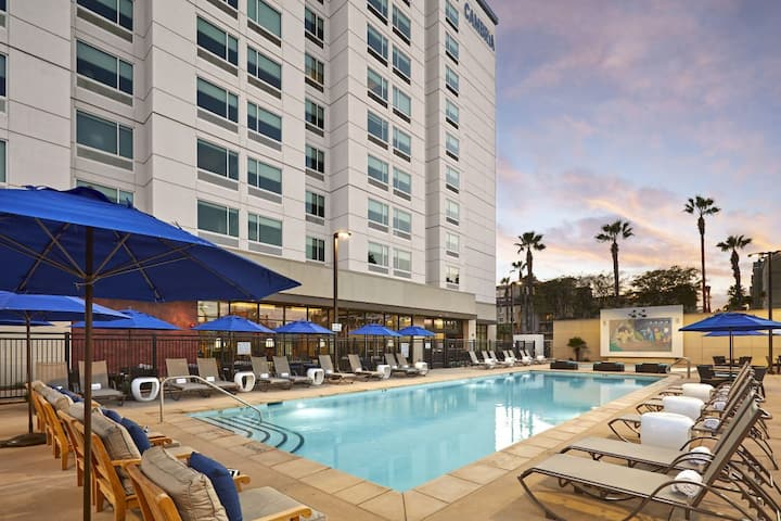 Great for groups! Spacious Suites, Pool, Disney!
