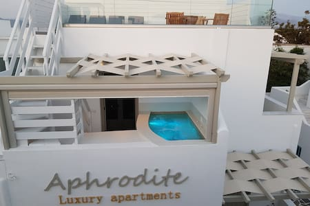 Aphrodite-Deluxe apt with hot tub -rooftop terrace