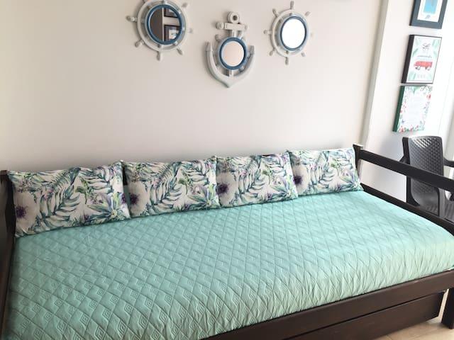Sofa cama con cama nido. Caben 2 personas
