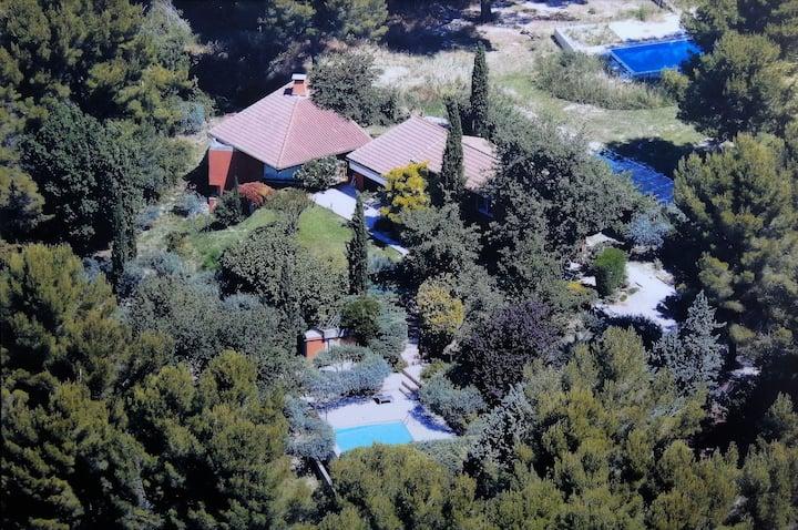 Belle villa moderne sur la colline d'Eguilles.