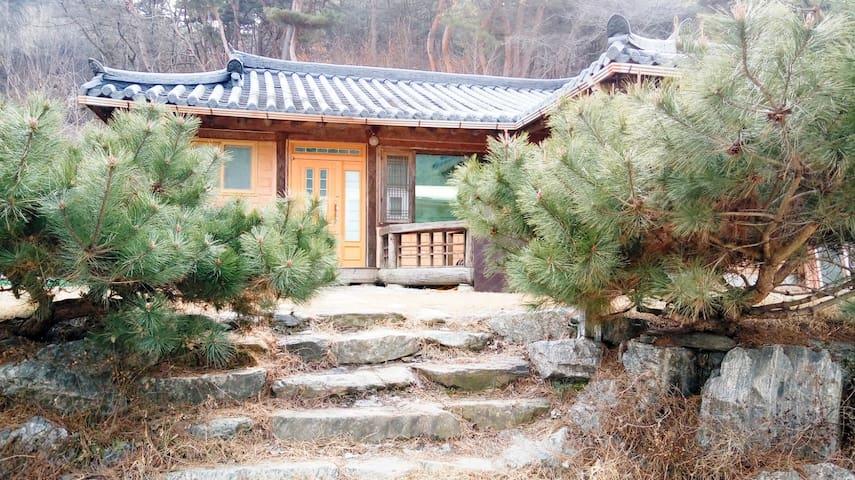 SoDo(멋진소나무와 청정계곡, 편안한 휴식이 있는 집) - Seo-myeon, Chuncheon - Casa de campo