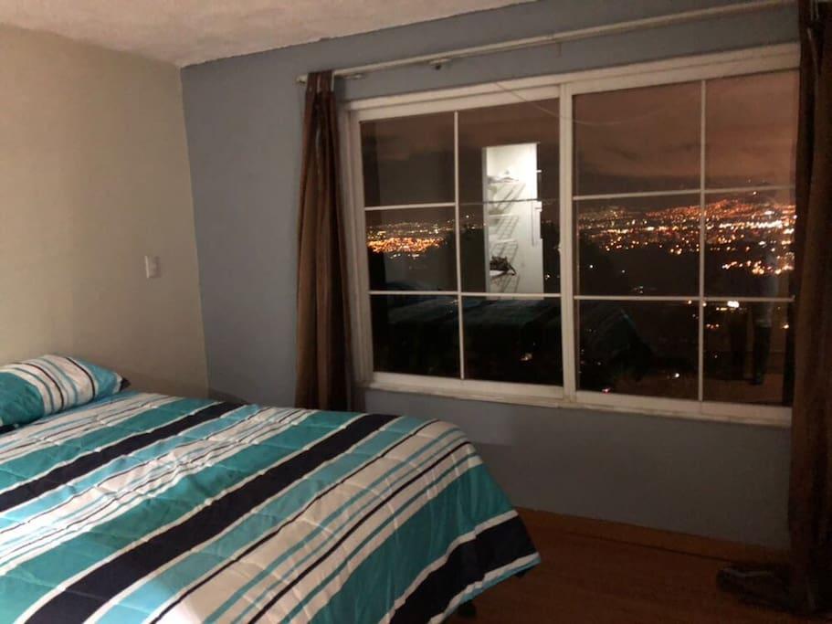 Habitacion principal con bella vista y cama semmiortopedica para un buen descanso