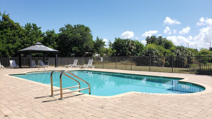 3 Bedroom Condo - 24hr Pool - 6 min from Beach