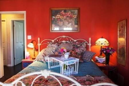 Blumen Haus B&B-- MIMOSA ROOM - Fredericksburg - Bed & Breakfast