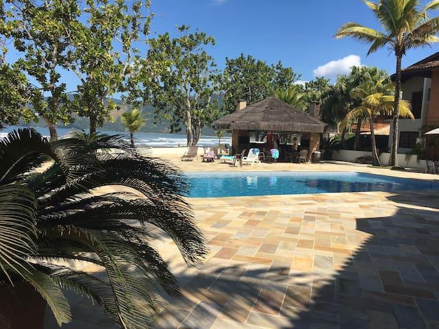 Casa, pé na areia, cond. fechado Maranduba/Ubatuba