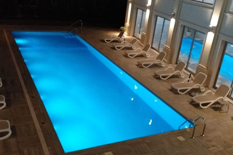 Vista de las piscinas climatizadas exterior e interior.