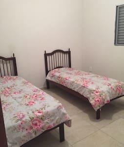 Quarto confortável com 2 camas solteiro - Limeira
