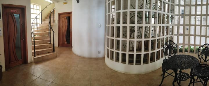 Apartamento quarto e sala com vista para o Mar.