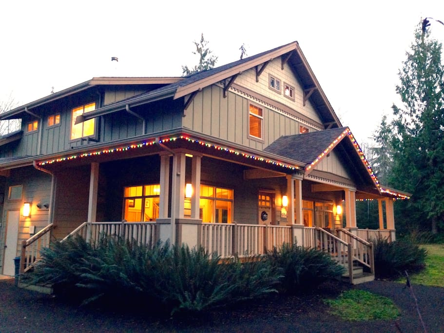 The Olympic Foothills Lodge decorated with Holiday Cheer