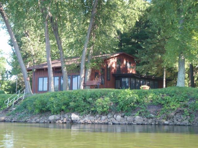 Eagles Nest LLC river view cabin - Baraboo - Casa