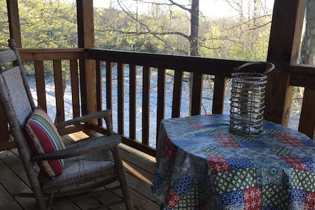 Rustic Comfort on the Little River in the Smokies! - Townsend - Penzion (B&B)