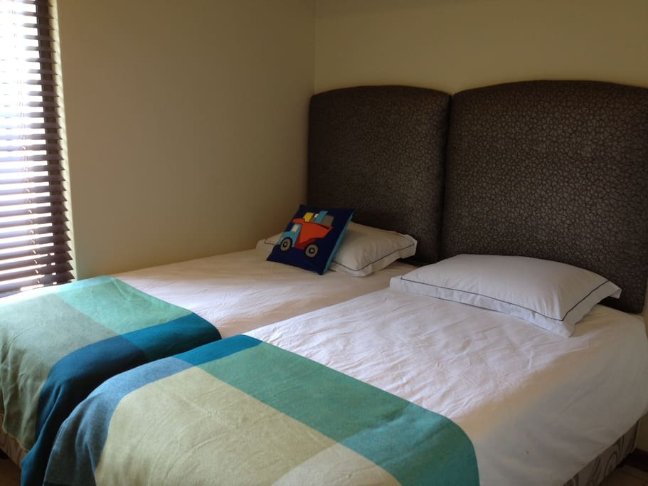 3rd bedroom with 2 single beds