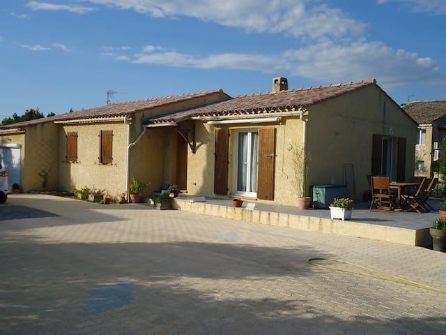 Villa T5 plein pied avec piscine sur terrain clos avec piscine. Les animaux ne sont pas admis. - Saint-Chamas - Villa