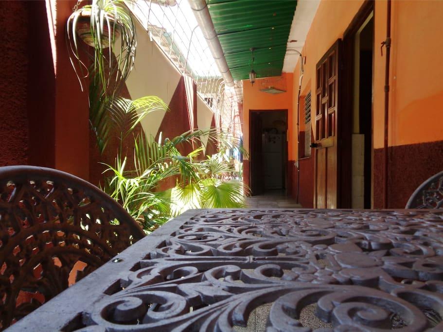 Pasillo techado un espacio bien fresco para compartir en la Casa de Alojamiento de Don Yosvany.