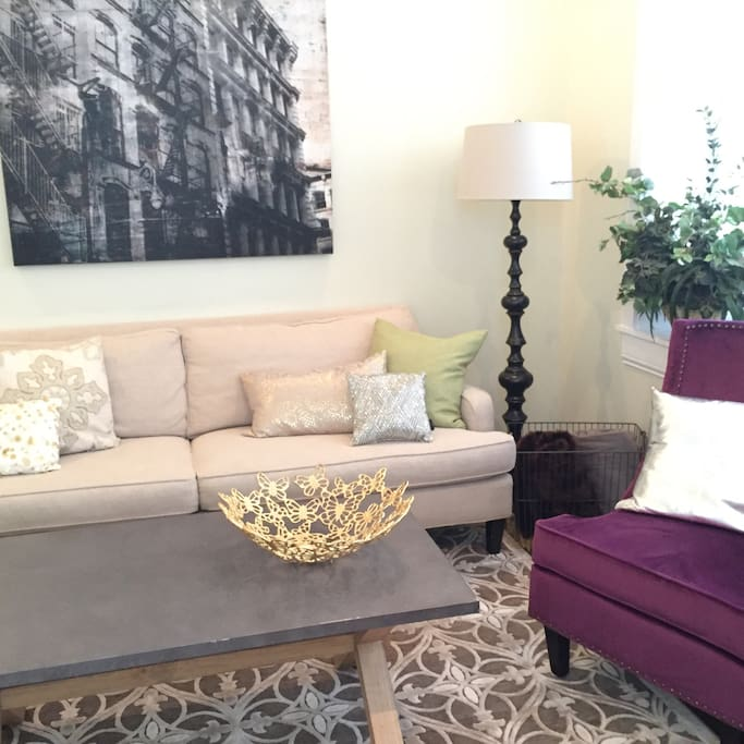 Comfy down-filled couch in Mardi Gras inspired unit. Enjoy OTR area filled with parks, restaurants, and theme bars. Ice cream and donuts around the corner. Streetcar will deliver you downtown to stadiums. Laissez les bon temps roule!