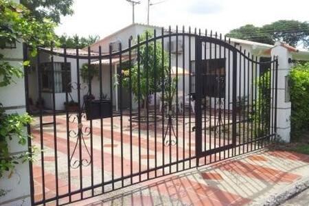 Casa de 4 alcobas en Conjunto Recreativo Santa Ana - Flandes