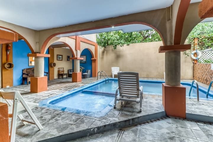 Charming hotel room w/great location, shared pool, and A/C - Walk to the beach!