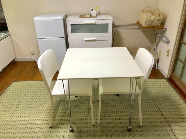キッチンにテーブルと椅子を用意しました。とても座りやすい椅子ですので くつろいで頂けると思います。
