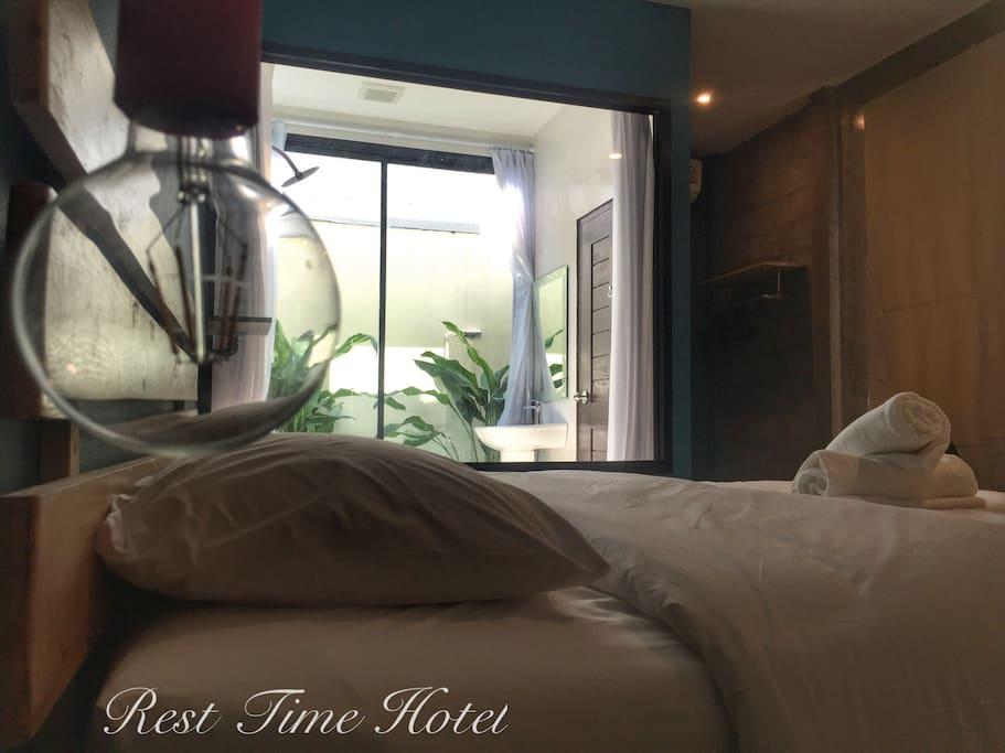 ห้องพักSuite Room สามารถใกล้ชิดธรรมชาติ ด้านหลังห้องเป็นกระจกมองเห็นต้นไม้หลังห้อง ไม้ที่ใช้ในการตกแต่งทั้งหมดเป็นไม้สนจริงจากต่างประเทศ เมื่อได้มองเห็นและสัมผัสจะให้อารมณ์ที่อบอุ่น            REST TIME HOTEL NONGKHAI ^^                     T.083-151-0021 ToYo   ห้องพักตกแต่ง Modern loft & Industrial Style ราคา590บาท