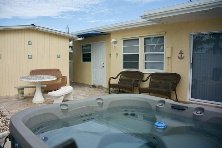 Marathon ☆ Home with hot tub. Renovated in 2018!