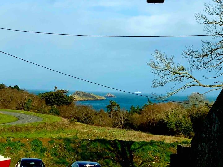 Depuis sa terrasse,direct GR34 plage en contrebas