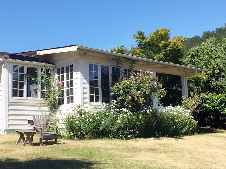 Vintage charming Beach Cottage on large lawns !